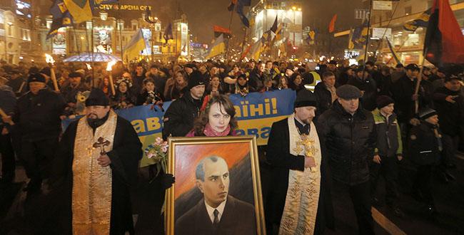 Бакљаде по украјинским градовима у славу Хитлеровог сарадника Степана Бандере